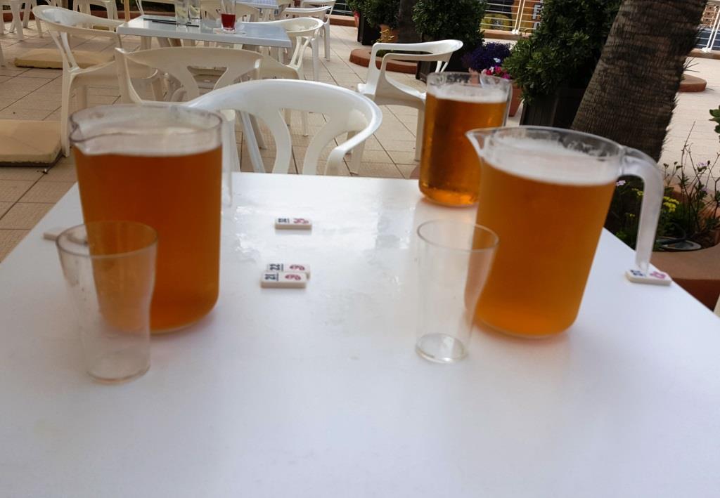 Blöde Englische Sprache, blöde. Ich hatte 3 Pint Bier (0,473 Liter) für die Jungs und mich bestellt, der Kellner hatte Pitcher verstanden und brachte 3 Krüge mit je 1,5 Litern Bier. Und das vor dem Dinner…