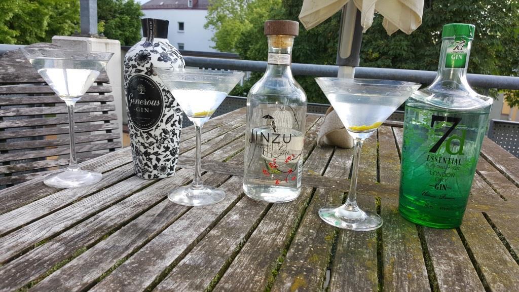 Ginprobe mit Susi und Peter. Die Einen geben guten Freunden ein Küsschen, die richtig guten Freunde bringen neue Gins mit.