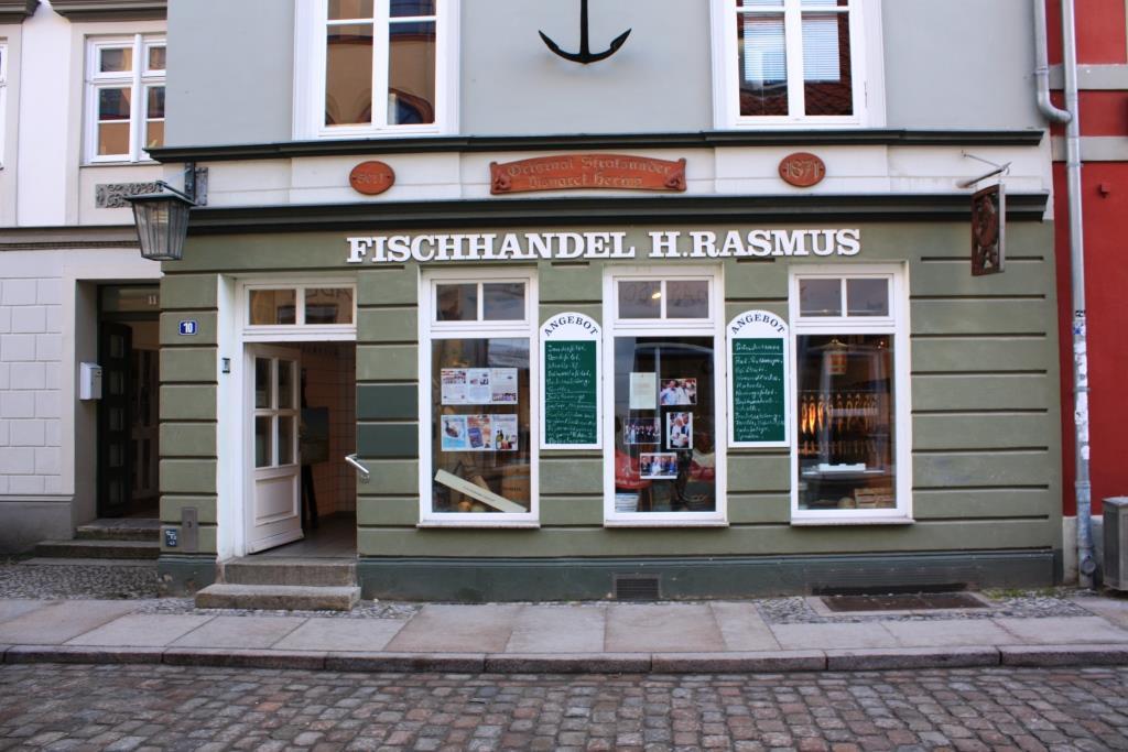 """Heimat des Bismarck Herings: die Stralsunder Fischhandlung Johann Wiechmann (heute Rasmus): """"Wenn Heringe genauso teuer wären wie Kaviar, würden ihn die Leute weitaus mehr schätzen."""" (Bismarck)"""