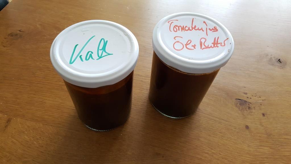 Habe heute bei Frank Stormann in der Nudelmanufaktur auf dem Augsburger Stadtmarkt zwei Manufaktur-gemachte Gläser Kalbs- und Tomaten-Jus gekauft – 25 € pro Glas, das führt erstmal zu spontaner Schnappatmung, aber – bei Gottfried – der Stoff ist jeden Cent wert. Kann ich nur empfehlen.