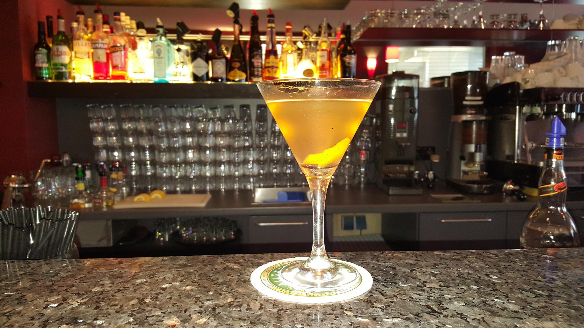 "Improvisierter Provinz-Martini in Kempten im Allgäu. Motto der Trio Bar: ""Homedrinking is killing my business."" Na dann, Prost!"