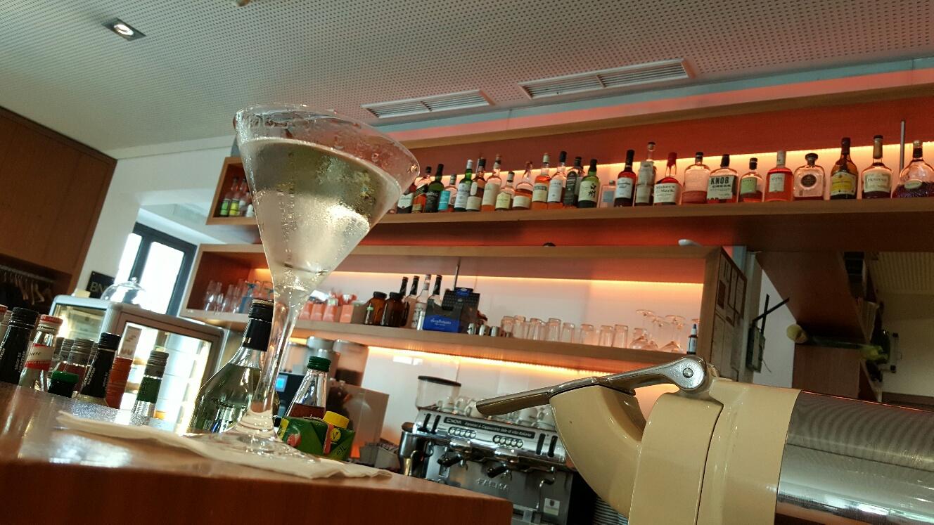 Mit den Jungs im Anna's bei Robert, unserem Lieblings-Barkeeper in Augsburg. Have a goof weekend, folks.