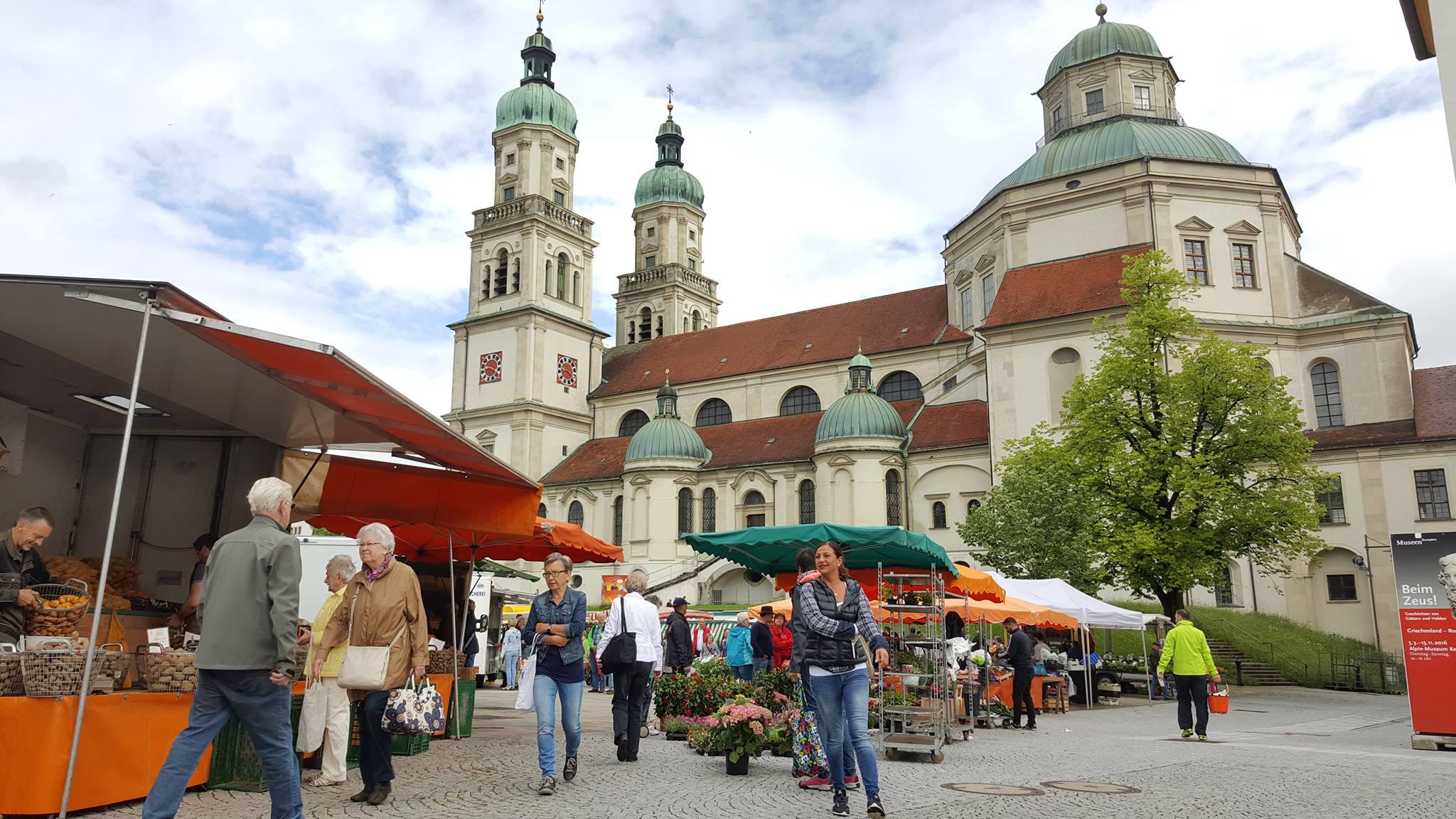 Wochenmarkt in Kempten im Allgäu vor der Basilika. Außerdem ist noch Musikantentag, an jeder Straßenecke eine Band, sicherlich insgesamt ein paar Dutzend. Das Leben ist schön.