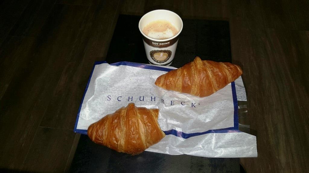 Frühstück à la Schuhbeck am Münchner Flughafen; 2 zähe, lätscherte Croissants und 1 dünner Milchkaffee im Pappbecher für 9,20 €, batsch!