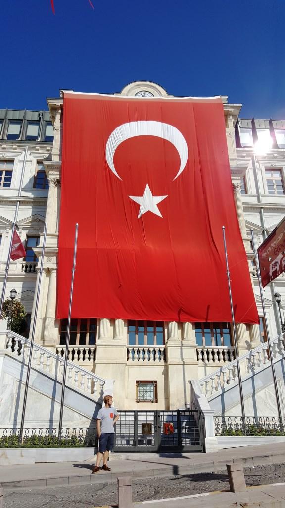 Wenn das massenhafte Aufhängen von Landesflaggen ein Ausdruck des Nationalstolzes eines Volkes ist, so scheinen die Türken über etwas zu verfügen, was den allermeisten Deutschen längst abhandengekommen ist.