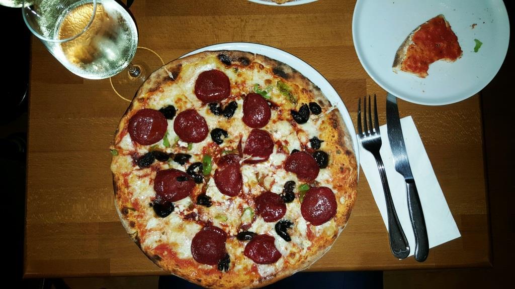 Pizzeria Pera, Istanbul: In Tripadvisor gehypt, tatsächlich aber eine miese Kaschemme mit miesem Essen, aber freundlicher Bedienung
