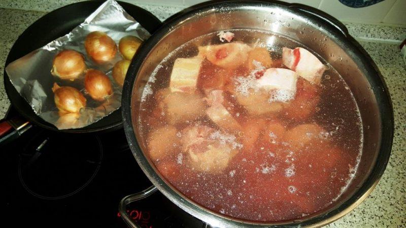 Suppenfleisch, Ochsenschwanzstücke und Knochen kalt aufsetzen und langsam zum kochen bringen