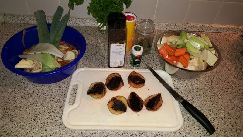 Geputztes, grob zerteiltes Gemüse und geschwärzte Zwiebeln mit Schale