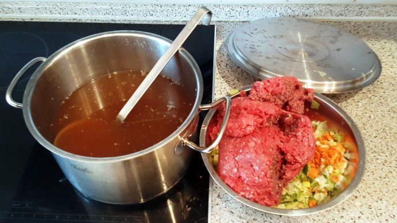 Erkaltete Rindssuppe, mageres Rinderhack, zerkleinertes Gemüse
