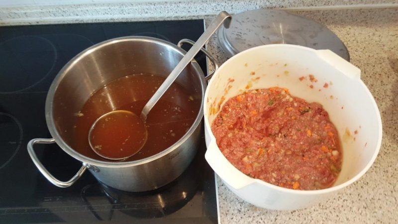 Rinderhack, Gemüse, Eischnee und 1 Liter Rindssuppe vermengen und kalt ziehen lassen