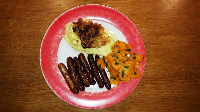 Selbst gemachter Kartoffelbrei, Zwiebelschmelze, karamelisierte Möhren mit Petersilie, Nürnberger Rostbratwürstchen