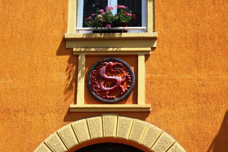 Dazu das Symbol des Drachenordens von Kaiser Sigismund, dem Vlad III und sein Vater Vlad II angehörten