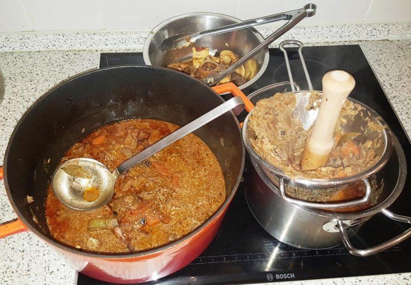 Zum End e der Garzeit Mark aus den Knochen in die Sauce drücken, Knochen danach wegwerfen, Rouladen ausstechen und warm stellen, Gemüsesauce im Spitzsieb passieren