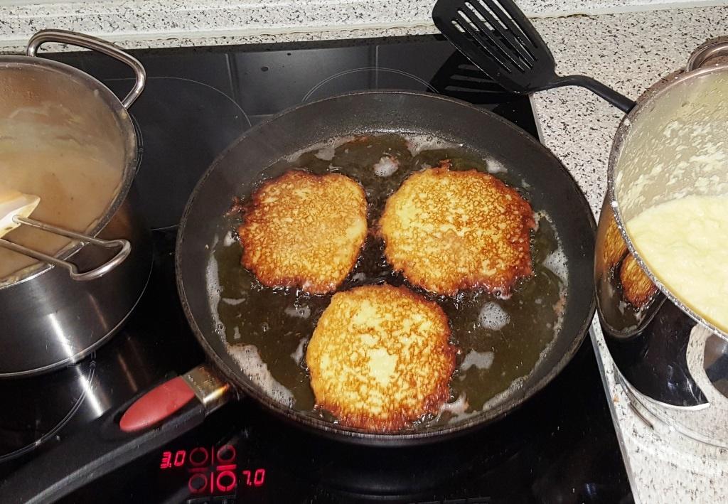 Kartoffelpuffer, Reibekuchen oder Reibadatschi mit Apfelmus