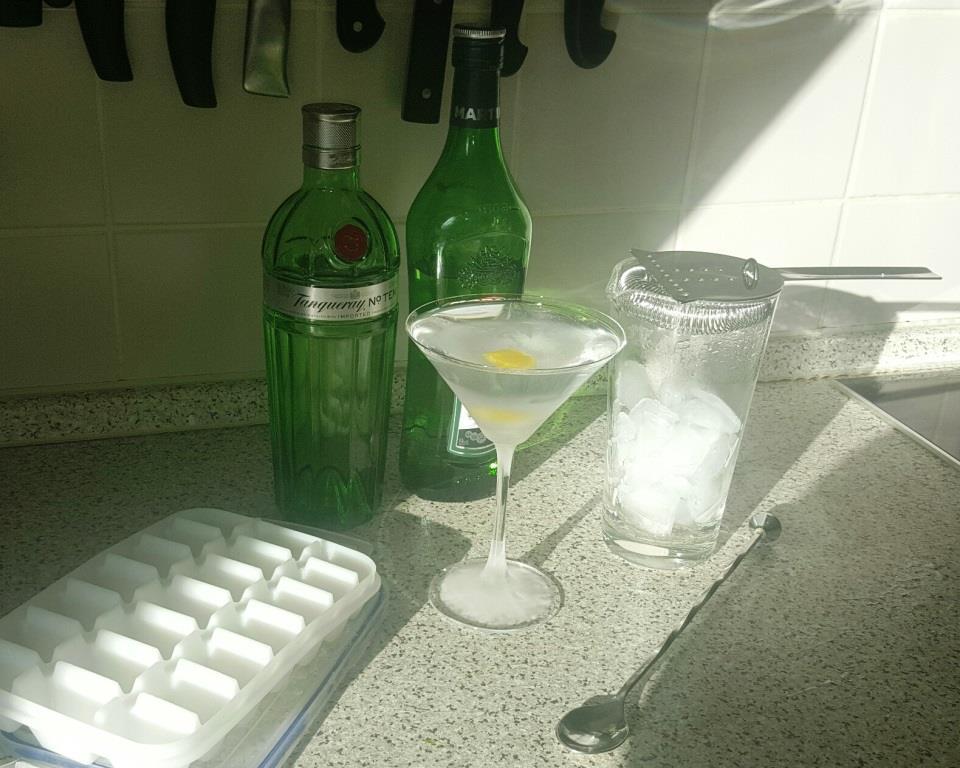 Erste warme Sonnenstrahlen treffen auf eiskalten Martini.