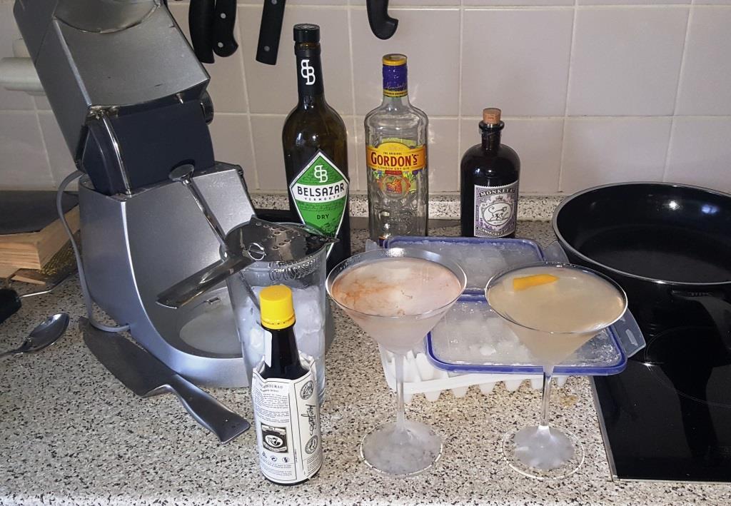 Wochenend-Martinis nebenbei beim Kochen, einen aus gutem altem Gordons und einen aus Mokey 47, einen mit Lemontwist, einen mit Angostura.