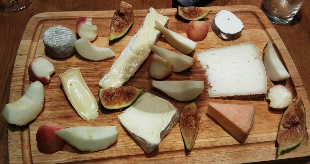 Heute gibt's nur ein wenig Käse vom Stadtmarkt mit frischem Obst und Baguette