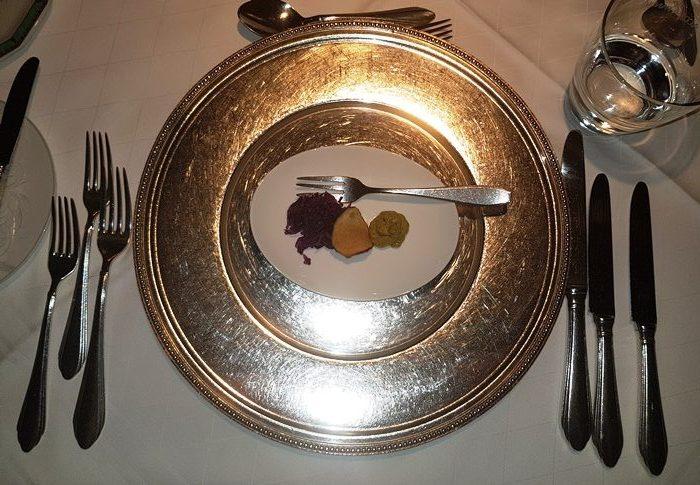 Amuse geule: Babaganoush (Auberginencreme) mit Rotkohlsalat und Süßkartoffelchip