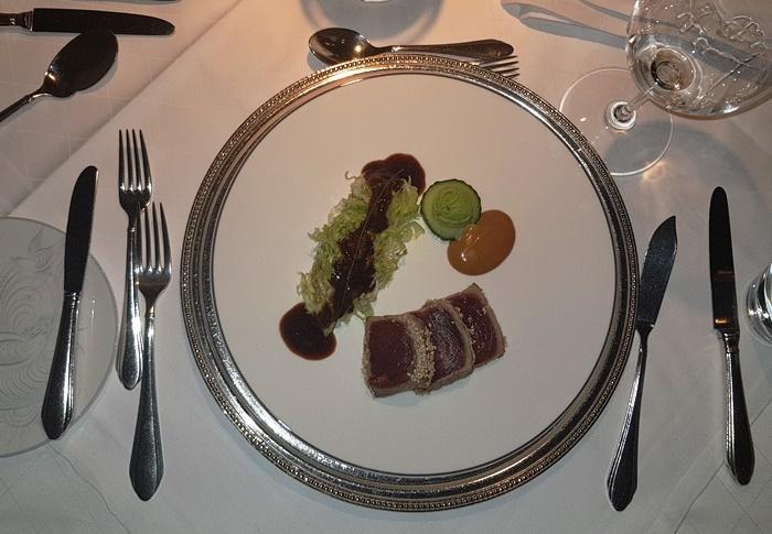 Thunfisch in Sesammantel mit Kohl und Wasabi