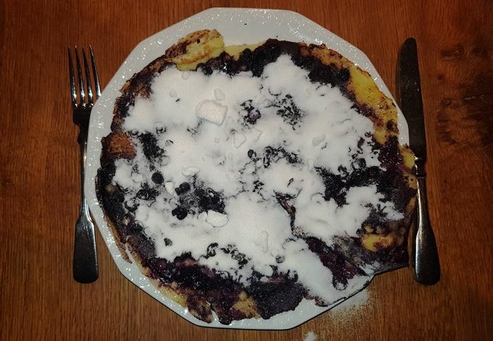 Waldheidelbeerpfannkuchen mit dick Zucker