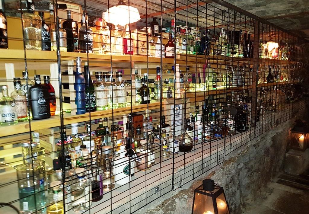 Massen-Gin-Haltung in Käfigen gehört verboten!