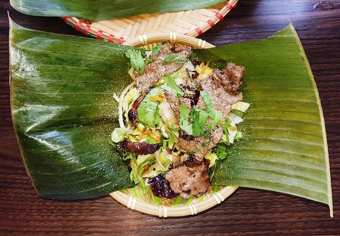 GOI BO: Salat mit Rindfleisch, Staudensellerie, Minze, Kräutern, Limetten-Ingwer Dressing