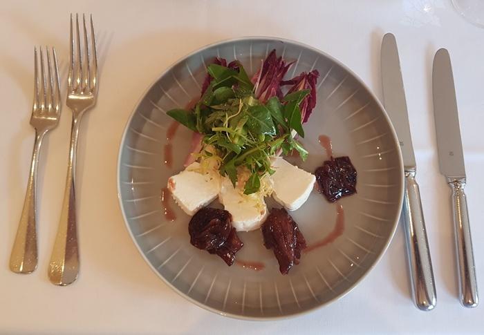 Ziegenfrischkäse mit Zwiebel-Chutney und kleinem Salat