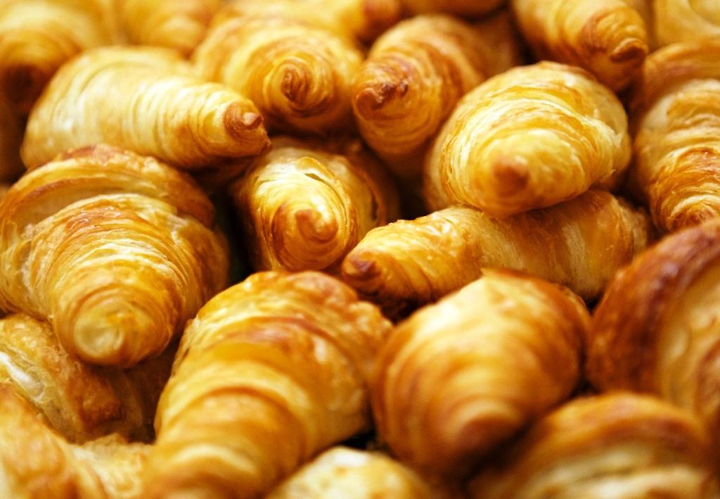Marginalie 83 (Menschen im Hotel – Miniatur-Sitten-Gemälde): Das Croissant auf der Gabel