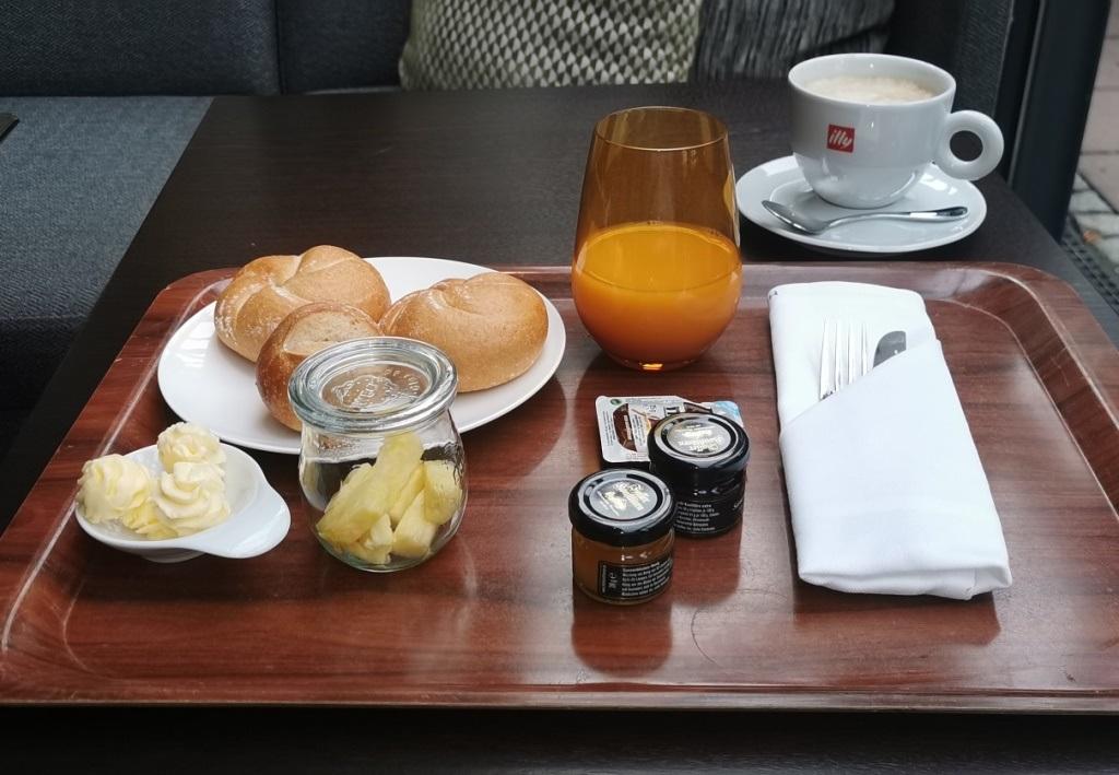 Frühstück im 5-Sterne-Hotel zu Corona-Zeiten.