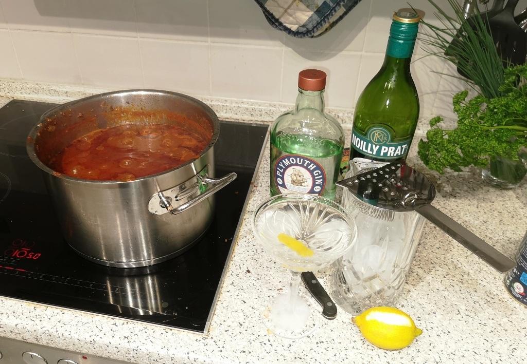 Das beste aus der Quarantäne machen: höllisch scharfes Chili und höllisch starker Martini mit Plymouth navy strength …